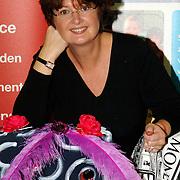 NLD/Amsterdam/20051208 - BN´ers beschilderen Martinair vliegtuigstoelen, actie Pimp my Chair voor de veiling SOS Kinderdorpen, Patty Harpenau