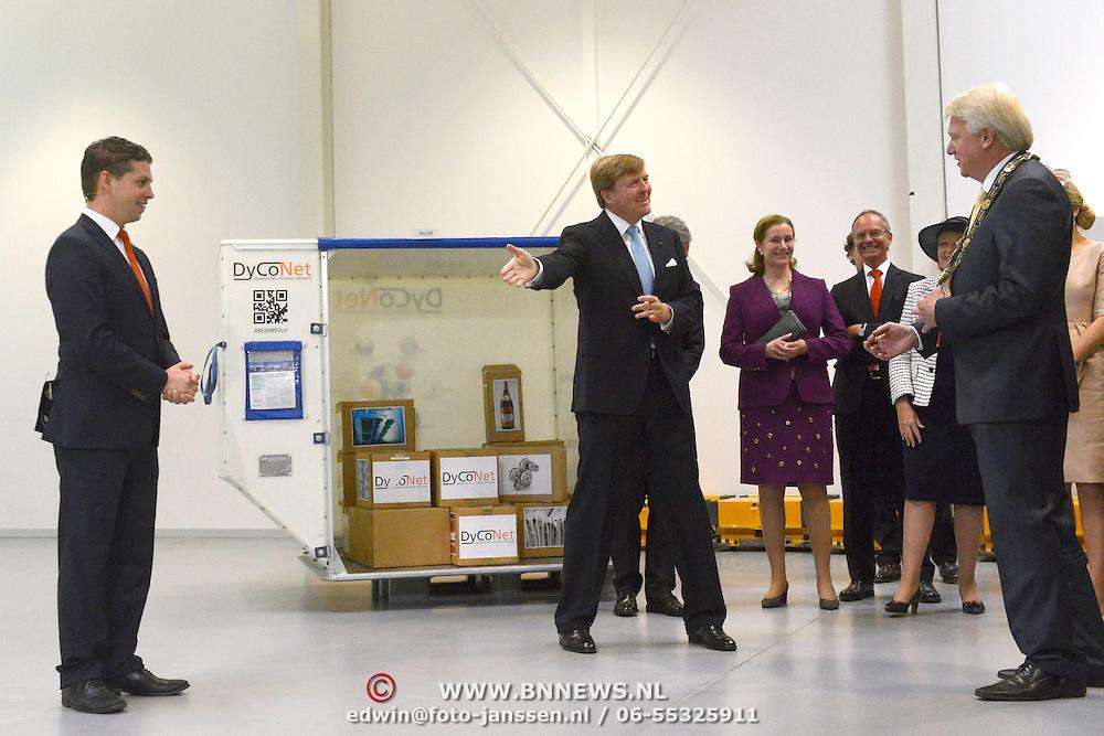 Koning en koningin bezoeken Noordrijn-Westfalen. Koning Willem Alexander en Koningin Maxima bezoeken het onderzoeksinstituut Fraunhofer IML<br /> <br /> King and Queen visit North Rhine-Westphalia.<br /> King Willem Alexander and Queen Maxima visit  research Fraunhofer IML<br /> <br /> Op de foto / On the photo: <br /> <br />  Koning Willem-Alexander en koningin Maxima krijgen een rondleiding<br /> <br /> King Willem-Alexander and Queen Maxima get a tour
