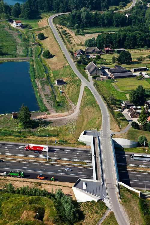 Nederland, Utrecht, Gemeente Vianen, 08-07-2010; Diefdijk, doorsneden door de A2. De nieuwe kering met brug en kazemat is ontworpen door UN studio, de coupure kan bij extreem hoog water afgesloten worden door betonnen balken. De Diefdijk is een binnendijk en oorspronkelijk aangelegd om de Alblasserwaard en de Vijfherenlanden tegen wateroverlast uit de Betuwe te beschermen. Daarnaast maakt de dijk onderdeel uit van Nieuwe Hollandse Waterlinie..Diefdijk, intersected by A2. The cut can be closed with concrete beams in case of extremely high water. The inner dike was originally built to protect the polders Alblasserwaard and Vijfherenlanden against flooding from the Betuwe. In addition, the dike is part of the New Dutch Waterline.luchtfoto (toeslag), aerial photo (additional fee required).foto/photo Siebe Swart