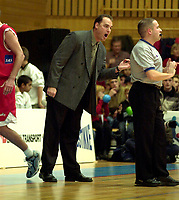 Basketball, BLNO Basketligaen 2000. Asker Aliens-Ulriken Eagels 15. november. Ulriken-trner David Swan kjefter på dommeren.
