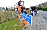 Nederland, berg en Dal, 23-03-2016 Vanwege de gemeentelijke herindeling is de samenvoeging van de gemeenten Millingen aan de Rijn, Ubbergen en Groesbeek een feit en worden de komborden van de dorpskernen vervangen. Sinds 1 januari 2016 heet de nieuwe gemeente Berg en Dal. Het oude bord , wordt vervangen door het nieuwe.FOTO: FLIP FRANSSEN/ HH