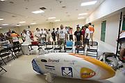 Teams kijken naar de VeloX3. In Battle Mountain (Nevada) wordt ieder jaar de World Human Powered Speed Challenge gehouden. Tijdens deze wedstrijd wordt geprobeerd zo hard mogelijk te fietsen op pure menskracht. Ze halen snelheden tot 133 km/h. De deelnemers bestaan zowel uit teams van universiteiten als uit hobbyisten. Met de gestroomlijnde fietsen willen ze laten zien wat mogelijk is met menskracht. De speciale ligfietsen kunnen gezien worden als de Formule 1 van het fietsen. De kennis die wordt opgedaan wordt ook gebruikt om duurzaam vervoer verder te ontwikkelen.<br /> <br /> In Battle Mountain (Nevada) each year the World Human Powered Speed Challenge is held. During this race they try to ride on pure manpower as hard as possible. Speeds up to 133 km/h are reached. The participants consist of both teams from universities and from hobbyists. With the sleek bikes they want to show what is possible with human power. The special recumbent bicycles can be seen as the Formula 1 of the bicycle. The knowledge gained is also used to develop sustainable transport.