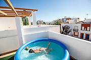 No need to be rich or have a big house. Blowing or pump filling, consisting of a tubular structure, inflatable pools compete with the 'real' ones and make the revolution. In the city, in the countryside, in a garden, on a terrace or even on the top of a building they bring the holidays into the house, even if they have already finished. While the heat press, the fun is at the door, diving goggles and floats, tubes and buckets, gins tonics with ice and mint, beer, lupins or a diving header. You choose. The pool is yours.