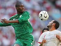 v.l. Hamad Al Montashari, Cassine Chikhaoui Tunesien<br /> Fussball WM 2006 Tunesien - Saudi-Arabien<br /> Tunisia - Saudia-Arabia<br /> <br />  Norway only