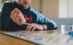 18.03.2020, Kaprun, AUT, tägliches Leben mit dem Coronavirus, im Bild eine Familie spielt ein Brettspiel. Für ganz Österreich wurde eine Ausgangsbeschränkung der Bundesregierung ausgesprochen // . The Austrian government is pursuing aggressive measures in an effort to slow the ongoing spread of the coronavirus, Kaprun, Austria on 2020/03/18. EXPA Pictures © 2020, PhotoCredit: EXPA/ Stefanie Oberhauser