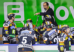 25.09.2011, Eisstadion Liebenau, Graz, AUT, EBEL, Graz 99ers vs HC Orli Znojmo, im Bild Mario Richer, (99ers, Head Coach) spricht zu seinen Spielern // during the ice hockey game between Graz 99ers and HC Orli Znojmo at the Eisstadion Liebenau, Graz, Austria, 2011/09/25, EXPA Pictures © 2011, PhotoCredit: EXPA/ S. Zangrando