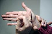 Nederland, Nijmegen, 28-10-2010Een doof-blinde vrouw woont thuis bij haar moeder en beschikt over moderne hulpmiddelen, zoals een computer, een leesloupe en een trilwekker in bed. Gebarentaal, letter IFoto: Flip Franssen