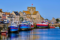 France, Manche (50), Cotentin, Barfleur, labellisé Les Plus Beaux Villages de France, port de pêche d'échouage et l'eglise Saint-Nicolas // France, Normandy, Manche department, Cotentin, Barfleur, labeled Les Plus Beaux Villages de France, beaching fishing port and Saint-Nicolas church