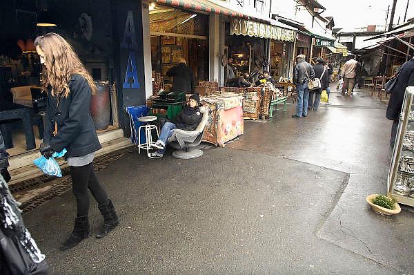 Frankrijk, Parijs, 28-3-2010Een antiekhandelaar bij zijn handel op de marche aux puces, een vlooienmarkt in het noorden van de stad.Foto: Flip Franssen/Hollandse Hoogte