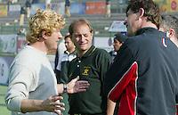 Champions Trophy Hockey : Pakistan-Spanje 0-2. , waardoor Spanje de tegenstander is van Nederland in de finale van a.s. zondag. Na afloop gingen de coaches van Pakistan, Ronalsd Jansen (l) en Roelant Oltmans (m) verhaal halen bij de Nederlandse scheidsrechter Rob ten Cate (r).