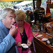 NLD/Laren/20070829 - Huwelijk Willibrord Frequin en Susanne Rastin, Joop van Zijl en partner Joke Koreman eten poffertjes