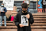 {iptctime} /URUGUAY / MONTEVIDEO / La Federación de Estudiantes Universitarios del Uruguay (FEUU) realizó una guardia de honor en homenaje a los detenidos desaparecidos durante la última dictadura. La intervención se realizó en la Explanada de la Universidad de la República.<br /> <br /> En la foto: Amanecer por la Memoria, convocado por la Federación de Estudiantes Universitarios del Uruguay (FEUU) en la Explanada de la Udelar. Foto: Santiago Mazzarovich / adhocFOTOS