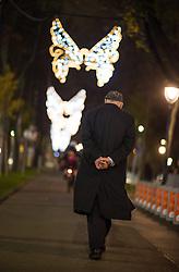 15.11.2014, Rathausplatz, Wien, AUT, Feierliche Illuminierung des Weihnachtsbaumes und Eröffnung des Wiener Adventzaubers, im Bild älterer Mann geht eine mit Weihnachtslichtern beleuchtete Straße entlang // during illlumination of the christmastree at cityhall in Vienna, Austria on 2014/11/15, EXPA Pictures © 2014, PhotoCredit: EXPA/ Michael Gruber
