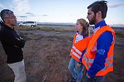 Teamleden praten met de organisatie over het wel of niet doorgaan van de kwalificaties. De VeloX V kwalificeert zich voor de race. Het Human Power Team Delft en Amsterdam (HPT), dat bestaat uit studenten van de TU Delft en de VU Amsterdam, is in Amerika om te proberen het record snelfietsen te verbreken. Momenteel zijn zij recordhouder, in 2013 reed Sebastiaan Bowier 133,78 km/h in de VeloX3. In Battle Mountain (Nevada) wordt ieder jaar de World Human Powered Speed Challenge gehouden. Tijdens deze wedstrijd wordt geprobeerd zo hard mogelijk te fietsen op pure menskracht. Ze halen snelheden tot 133 km/h. De deelnemers bestaan zowel uit teams van universiteiten als uit hobbyisten. Met de gestroomlijnde fietsen willen ze laten zien wat mogelijk is met menskracht. De speciale ligfietsen kunnen gezien worden als de Formule 1 van het fietsen. De kennis die wordt opgedaan wordt ook gebruikt om duurzaam vervoer verder te ontwikkelen.<br /> <br /> The VeloX V qualifies for the race. The Human Power Team Delft and Amsterdam, a team by students of the TU Delft and the VU Amsterdam, is in America to set a new  world record speed cycling. I 2013 the team broke the record, Sebastiaan Bowier rode 133,78 km/h (83,13 mph) with the VeloX3. In Battle Mountain (Nevada) each year the World Human Powered Speed ??Challenge is held. During this race they try to ride on pure manpower as hard as possible. Speeds up to 133 km/h are reached. The participants consist of both teams from universities and from hobbyists. With the sleek bikes they want to show what is possible with human power. The special recumbent bicycles can be seen as the Formula 1 of the bicycle. The knowledge gained is also used to develop sustainable transport.
