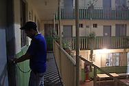 Ospite della casa entra nella sua stanza. Ai deportati e' permesso stare nella casa solo un certo periodo, tra i 3 e i 5 giorni, salvo eccezioni.