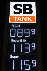 THEMENBILD - SB Tank Anzeige mit niedrigen Diesel (89,9 Cent), Super E10 (113,9 Cent) und Super (115,9 Cent). Preis am 15.01.2016 // SB fuel gauge with low diesel (89.9 cents), Super E10 (113.9 cents) and Super (115.9 cents). Price on 01.15.2016 in Cologne. EXPA Pictures © 2016, PhotoCredit: EXPA/ Eibner-Pressefoto/ Schüler<br /> <br /> *****ATTENTION - OUT of GER*****