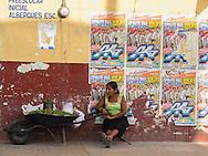Messico,Oaxaca, venditrice di lime.Mexico, Oaxaca, selling lime.