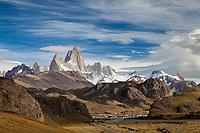 MACIZO DEL CERRO FITZ ROY O CHALTEN (3.405 m.s.n.m.) Y POBLADO DE EL CHALTEN, PARQUE NACIONAL LOS GLACIARES, PROVINCIA DE SANTA CRUZ, PATAGONIA, ARGENTINA (PHOTO © MARCO GUOLI - ALL RIGHTS RESERVED)