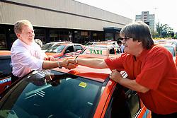 José Fortunati cumprimenta os motoristas do ponto de táxis da Estação Rodoviária, no dia do Taxista. FOTO: Jefferson Bernardes/Preview.com