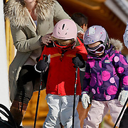 AUD/Lech/20110219 - Fotosessie Nederlandse Koninklijke Familie 2011 op wintersport in Lech, Alexia, Ariane worden geholpen door hun kindermeisje met hun uitrusting