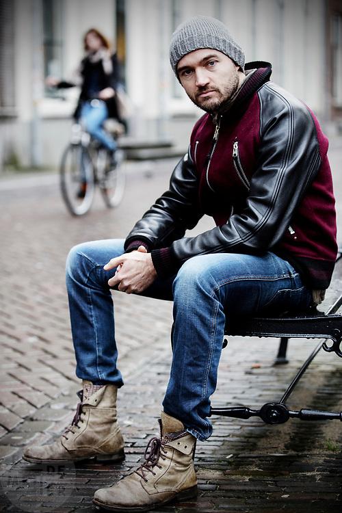 Dries Verhoeven, kunstenaar die met zijn werk Songs for Thomas Pikkety 'bedelende gettoblasters' in de binnenstad gaat plaatsen