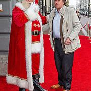NLD/Amsterdam/20161209 - Werkbezoek Maxima bij Muziek in de Klas, Ivo Niehe met de kerstman