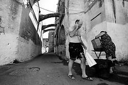 Inoltrandomi per le vie del centro storico di Lizzano (Ta), ho incontrato una coppia che stava lavando indisturbata per strada i panni. Una volta accorti della mia presenza, sono ritornati alle loro manzioni in modo alquanto indifferente. Salutando la coppia, la signora ha ricambiato il saluto in modo chiassoso  scambiandomi per turista, dicendomi: arrivederci e buona permanenza!!!