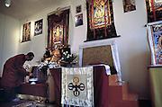 Nederland, Emst, 8-2-2003Een aanhanger van het boeddhisme bij het altaar van boeddha.Foto: Flip Franssen/Hollandse Hoogte
