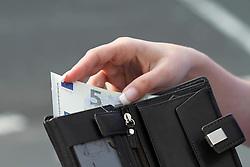 THEMENBILD - der neue 5 Euro Schein Geldboerse, Geldbeutel // FEATURE - ??the new 5 euro note. EXPA Pictures © 2013, PhotoCredit: EXPA/ Eibner/ CST..***** ATTENTION - OUT OF GER *****