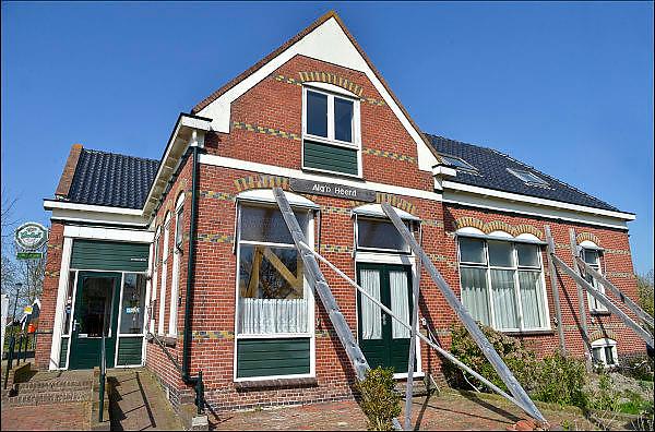 Nederland, Loppersum, 15-4-2015Beelden uit het gebied in de provincie Groningen die ernstig te lijden heeft onder de gevolgen van de gaswinning door de NAM. 43 Huizen met aardbevingsschade zullen gesloopt moeten worden. De gaswinning in de nabijheid van dit dorp moet gestopt worden. Er zijn enkele winlocaties vlakbij zoals bij 't Zandt en Zeerijp. Dit is een woning, huis, in Leermens. Het was ook cafe en dorpshuis voor dit terpdorp, maar is nu gesloten.Foto: Flip Franssen/ Hollandse Hoogte