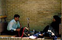 Iran -  Shiraz - Maison de thé - Mausolée de Hafez - Couple d'amoureux