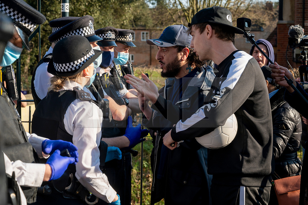 © Licensed to London News Pictures. 27/02/2021. London, UK. Anti-vaccination and anti-lockdown demonstrators remonstrate with police officers in Bishops Park area of Fulham, West London. The group  against the current tier regulations and anti-vaccination for the Covid-19 disease credit: Ray Tang/LNP