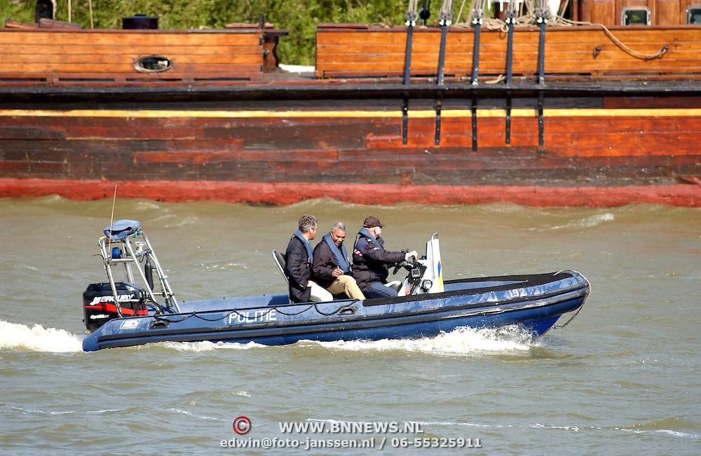 NLD/Muiden/20050514 - Koninging Beatrix komt terug van een dagje zeilen op de Groene Draeck met vrienden in de haven van Muiden, beveiliging word door de waterpolitie vast aan land gebracht