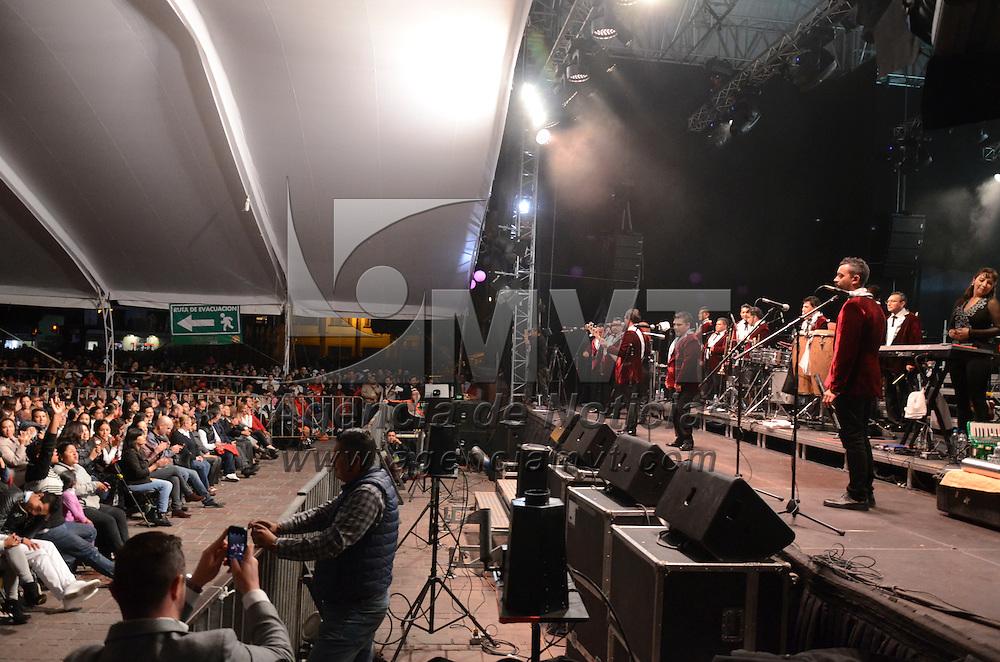 Metepec, Méx.- La agrupación de los Ángeles Azules se presento ante cientos de asistentes al concierto de gala que ofrecieron el el marco de la 25 edición del Festival Cultural Quimera 2015, la agrupación de Iztapalapa hizo vibrar al publico asistente con su llamada cumbia sonidera. Agencia MVT / Arturo Hernández