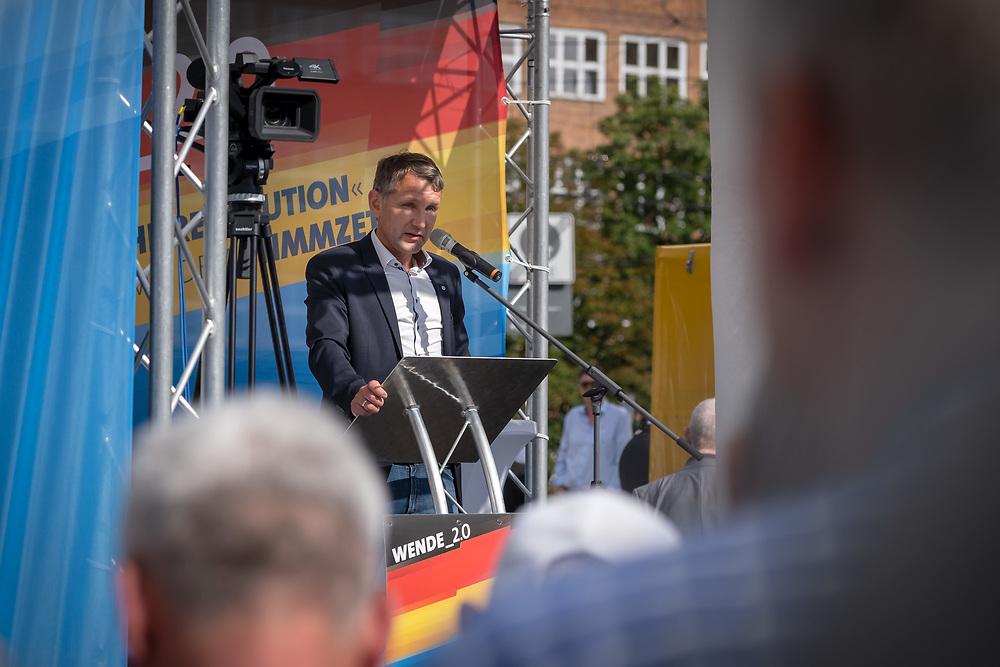 """Wahlkampfauftakt der rechten """"Alternative für Deutschland"""", AfD, im brandenburgischen Landtagswahlkampf mit dem Brandenburger Landesvorsitzenden A n d r e a s   K al b i t z, dem sächsichen Landesvorsitzenden J ö r g  U r b a n, Thüringens AfD-Vorsitzenden Björn Höcke, und dem Parteivorsitzenden J o e r g  M e ut h e n vor der Stadthalle in Cottbus. Björn Höcke hält eine Rede.<br /> <br /> <br /> [© Christian Mang - Veroeffentlichung nur gg. Honorar (zzgl. MwSt.), Urhebervermerk und Beleg. Nur für redaktionelle Nutzung - Publication only with licence fee payment, copyright notice and voucher copy. For editorial use only - No model release. No property release. Kontakt: mail@christianmang.com.]"""