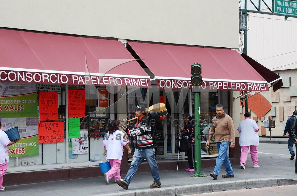 Toluca, México.- De 250 a 500 pesos tendrán que gastar los padres de familia para cubrir la lista básica de útiles escolares recomendada por la SEP, las papelerías del centro de Toluca se pueden observar abarrotadas para realizar las compras.  Agencia MVT / José Hernández