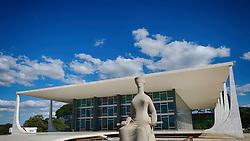 Escultura A Justiça, de Alfredo Ceschiatti, na frente do prédio do STF - Supremo Tribunal Federal, na Praça dos Três Poderes, em Brasília. FOTO: Jefferson Bernardes/ Agência Preview