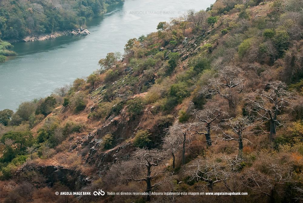 O rio Kwanza (Cuanza) imediatamente a jusante da barragem do Cambambe. Dondo. Angola.