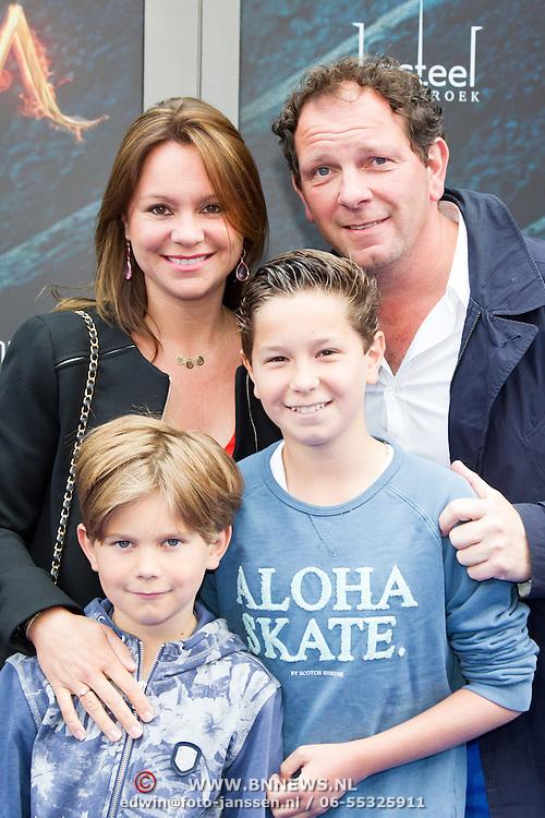 NLD/Amsterdam/20150620- Filmpremiere Code M, Robert Leroy met partner Sascha en kinderen Joshua en Senne