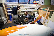 Op de TU Delft bekijkt Aniek Rooderkerken, een van de twee rijdsters van het team, de werkplaats in de Dreamhall. In september wil het Human Power Team Delft en Amsterdam, dat bestaat uit studenten van de TU Delft en de VU Amsterdam, tijdens de World Human Powered Speed Challenge in Nevada een poging doen het wereldrecord snelfietsen voor vrouwen te verbreken met de VeloX 7, een gestroomlijnde ligfiets. Het record is met 121,44 km/h sinds 2009 in handen van de Francaise Barbara Buatois. De Canadees Todd Reichert is de snelste man met 144,17 km/h sinds 2016.<br /> <br /> With the VeloX 7, a special recumbent bike, the Human Power Team Delft and Amsterdam, consisting of students of the TU Delft and the VU Amsterdam, also wants to set a new woman's world record cycling in September at the World Human Powered Speed Challenge in Nevada. The current speed record is 121,44 km/h, set in 2009 by Barbara Buatois. The fastest man is Todd Reichert with 144,17 km/h.