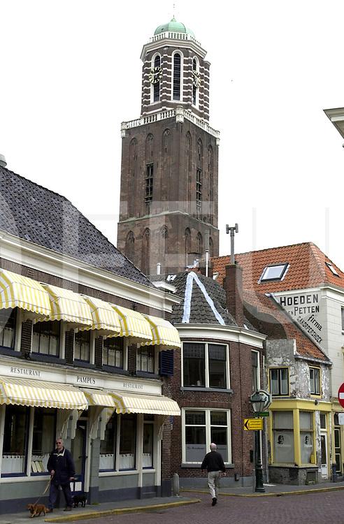 fotografie frank uijlenbroek©2001 frank uijlenbroek.010601 zwolle ned.Peperbus gesloten wegens steenval gevaar.