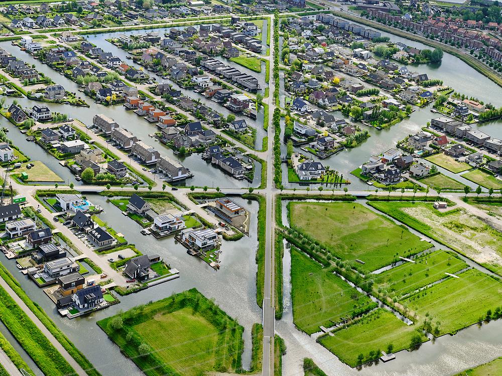 Nederland,Zuid-Holland, Rotterdam; 14–05-2020; stadsdeel Prins Alexander, Vinex-wijk Nesselande. Waterwijk met zelfbouwkavels waarop naar eigen ontwerp en welstandsvrij een woning kan worden gebouwd. Kruising Andries Fyandijk met Coenraad Swiepdijk (vlnr).<br /> <br /> Prince Alexander district, Nesselande neighborhood. Waterwijk with self-build plots .<br /> <br /> luchtfoto (toeslag op standaard tarieven);<br /> aerial photo (additional fee required)<br /> copyright © 2020 foto/photo Siebe Swart