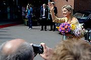 Koningin Máxima woonde het 7500ste door de Stichting Muziek in Huis georganiseerde concert bij, in woonzorgcentrum De Bolder.<br /> <br /> Queen Máxima attended the 7500ste organized by the Music Foundation House concert in nursing home De Bolder.<br /> <br /> op de foto / On the photo:  Koningin Maxima vertrekt / Queen Maxima leaves
