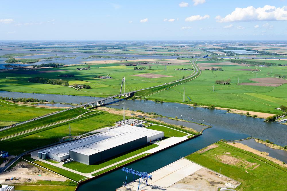 Nederland, Overijssel, Gemeente Kampen, 07-05-2015. Kampereiland met  Zuiderzeehaven en rivier de IJssel met Eilandbrug. Noordoostpolder en Ketelmeer in de achtergrond.<br /> New harbour and river IJssel, north of Kampen.<br /> <br /> luchtfoto (toeslag op standard tarieven);<br /> aerial photo (additional fee required);<br /> copyright foto/photo Siebe Swart