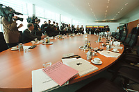 02 MAY 2001, BERLIN/GERMANY:<br /> Kabinettsaal im Bundeslkanzleramt vor Beginn der 103. Kabinettsitzung, der ersten im neuen Bundeskanzleramt, bereits anwesend: Diverse Journalisten, Juergen Trittin, Bundesumweltminister, und Werner Mueller, Bundeswirtschaftsminister<br /> IMAGE: 20010502-01/03-04<br /> KEYWORDS: Kanzleramt, Kabinett, Saal, Tisch, Kabinettstisch