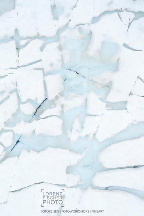 Strukturen der Schnee- und Eisschmelze aus der Vogelperspektive bei einem Bergsee im Julier-Gebiet, Kanton Graubünden, Schweiz / <br /> <br />  Structures of snow and ice melt from a bird's eye view at a mountain lake in the Julier area, Canton of Graubünden, Switzerland