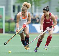 AMSTERDAM - Hockey - Maria Verschoor (Neth) met Sam Quek (GB)  Interland tussen de vrouwen van Nederland en Groot-Brittannië, in de Rabo Super Serie 2016 .  COPYRIGHT KOEN SUYK