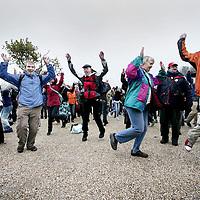 Nederland, Amsterdam , 24 oktober 2009..Vanuit heel Amsterdam kwamen mensen vandaag op het Museumplein bijeen om de charleston te dansen, te bewegen en gezamelijk het getal 350 te vormen..In een symbolische en originele actie werd premier Balkenende opgeroepen om zich op het terrein van de klimaatverandering als een sterke leider op te werpen.Het evenement was een van de ruim 4000 gelijktijdig gehouden acties in 172 landen, georganiseerd door 350.org, in wat de massaalste mondiale klimaatactiedag uit de geschiedenis is geworden..Wetenschappers zijn de afgelopen jaren tot de conclusie gekomen dat 350 CO2-deeltjes per miljoen de hoogste veilige bovengrens voor de atmosfeer is. De huidige CO2 concentraties bedraagt 390 ppm..International day of climate action. Scientists in recent years concluded that a safe atmosphere contains a maximum of 350 parts per million CO2. The current CO2 concentration is 390 ppm. Climate activists dansed a symolic danse on the Museumplein in Amsterdam together with many others in other countries.
