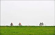 Nederland, Ubbergen, 20-11-2011Met het mooie en warme lenteweer fietsen veel mensen in de Ooijpolder op de dijk langs de waal.Foto: Flip Franssen/Hollandse Hoogte