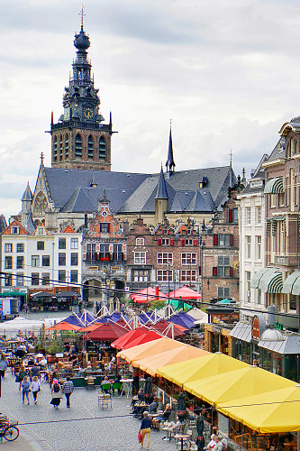 Nederland, Nijmegen, 2-7-2020  Cafe's in Nijmegen. Grote Markt, Stevenskerk,  Waaggebouw,stadsgezicht met gevelrij en horeca . Dit is het historische stadscentrum met uitzicht op de benedenstad erachter. Foto: Flip Franssen